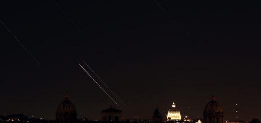 Venere, Giove, le stelle e gli aerei si muovono sopra San Pietro a Roma, vista dal Campidoglio: 1 luglio 2015