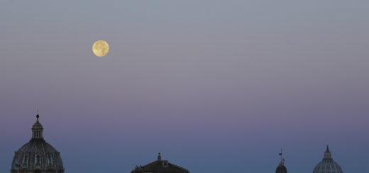 La Luna si appresta a tramontare mentre incombe il sorgere del Sole, che proietta l'ombra della Terra nell'atmosfera – 15 Nov. 2016