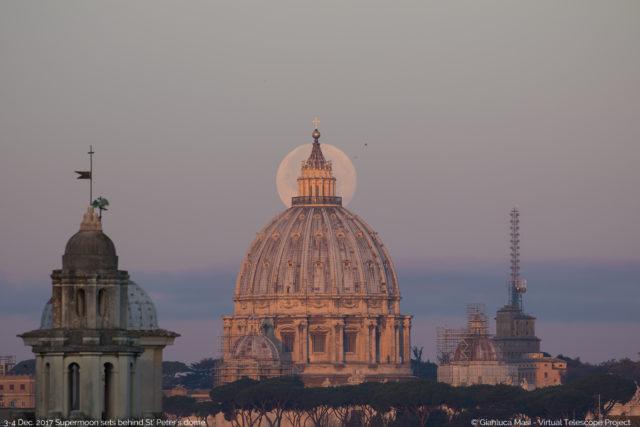 La Superluna del 3 dicembre tramonta dietro la Cupola di san Pietro