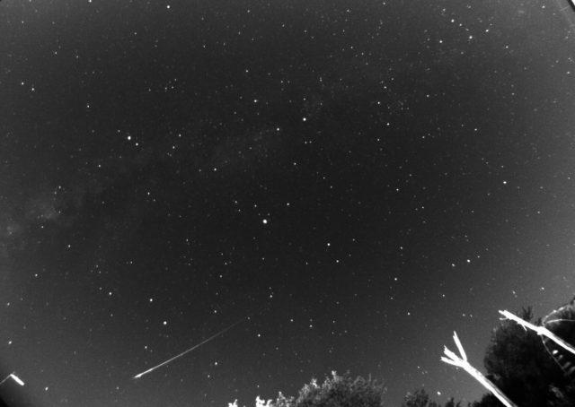 Una luminosa meteora perseide ripresa il 12 agosto 2017