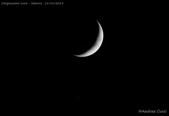 La Luna e Saturno.: il pianeta è in basso e mostra un accenno degli anelli. 11 novembre 2018