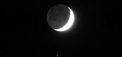 Un'esposizione più lunga rivela la luce cinerea della Luna e mostra meglio il pianeta Saturno, in basso. 11 novembre 2018